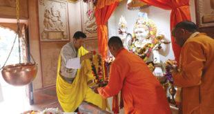 His Majesty offering prayers at the Samtse Shivalaya mandir. (story on page 08)